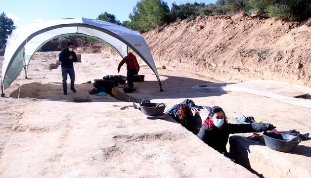 Les excavacions a la fossa més llarga trobada al mas de Santa Magdalena.