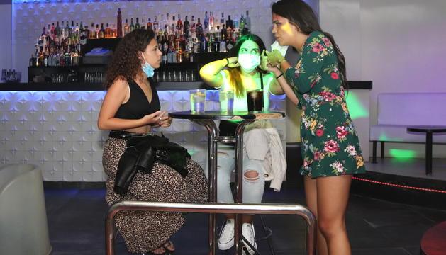 Imagen de archivo de tres chicas haciendo un beber a la discoteca Totem de Tarragona.