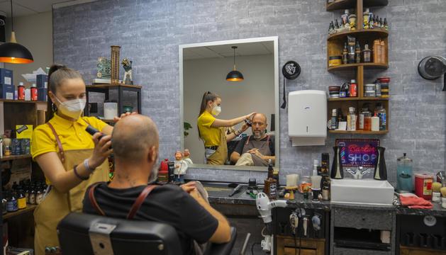 Les perruqueries, com la barberia Salcedo, són un dels negocis afectats per la pujada de la llum.