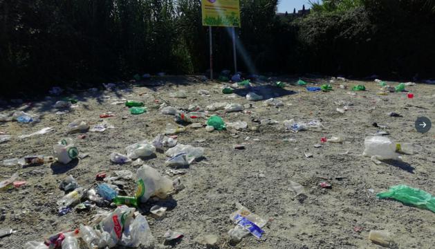 Al matí, els veïns que passaven per la zona es van trobar tota mena de restes de la festa de nit.