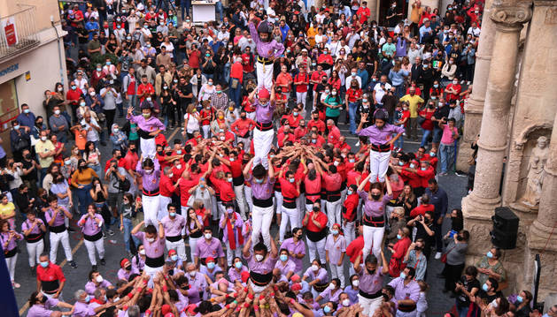 Pla general dels castellers de la colla Jove Xiquets de Tarragona carregant pilars a la diada castellera de Santa Teresa del Vendrell.