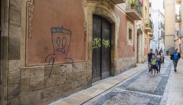 La façana de la Castellarnau amb la pintada.