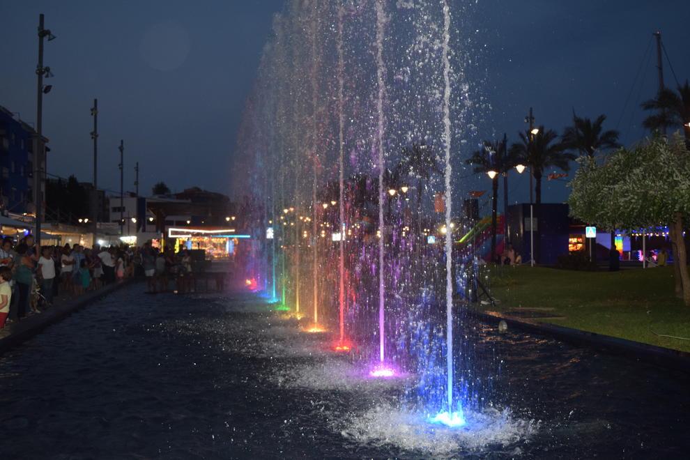 Agua luces y colores en las nuevas fuentes del serrallo for Luces de colores