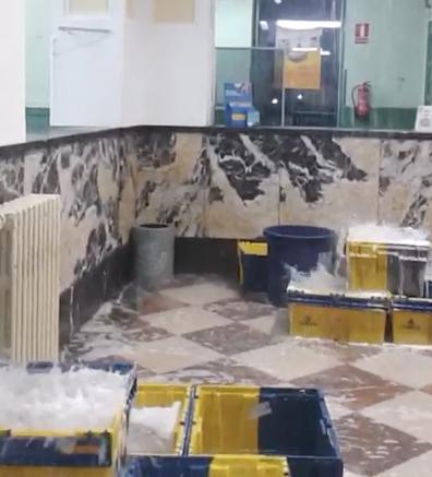 La intensa lluvia inunda la oficina central de correos de reus for Oficina de correos tarragona