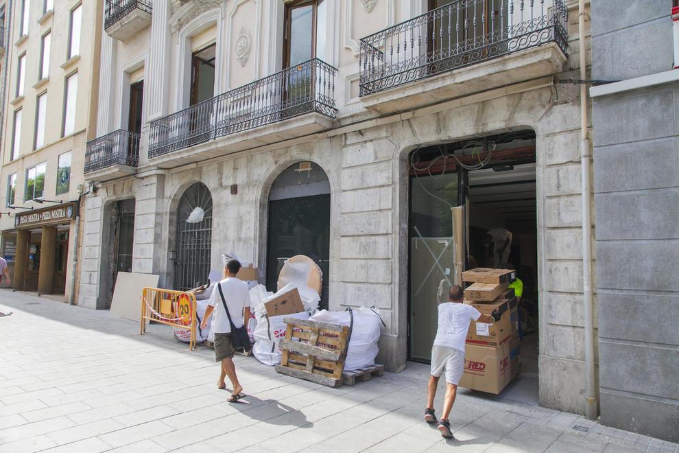 Caixabank cierra dos oficinas y abrir una 39 store 39 en el for Material oficina tarragona